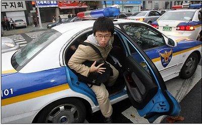 Bagi siswa yang terlambat, maka Polisi atau Masyarakat akan membantu mengantarkan :D