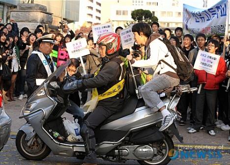 Bahkan, Pengendara sepeda motor pun turut membantu mengantarkan siswa yg terlambat